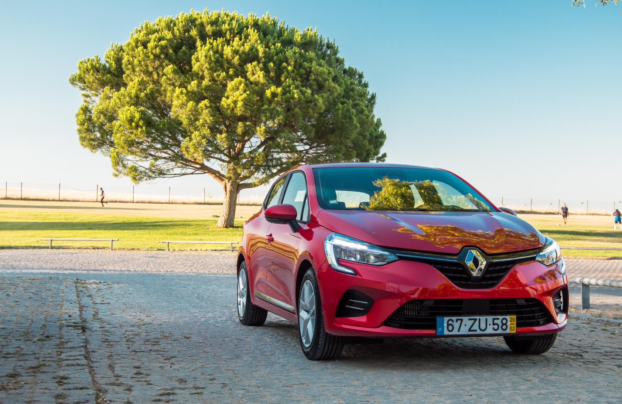 Dois depósitos. Mais autonomia. Testámos o Renault Clio Bi-Fuel